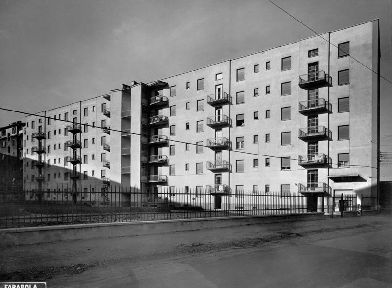 Il fabbricato visto da via E. Camerini, 1° e 2° lotto, facciate interne - 1953