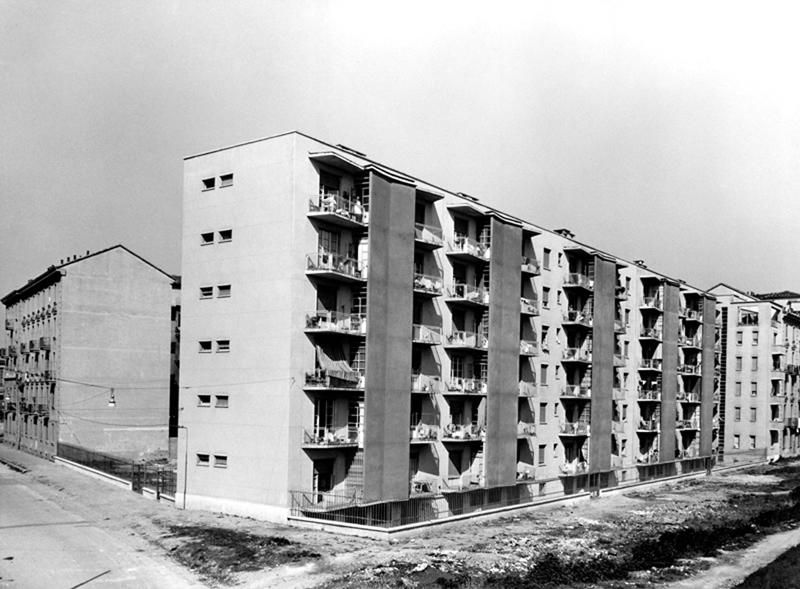 Il fabbricato visto da via E. Olivari ang. via E. Camerini, 1° e 2° lotto, facciate esterne (notare i confini con il fabbricato di via Teodosio 104) - 1953
