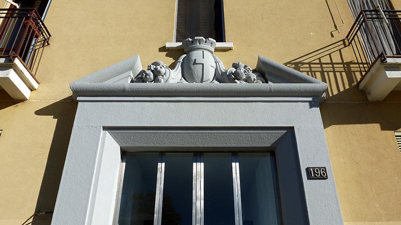 Particolare architettonico dell'ingresso di via F. Primaticcio 196 - 2013