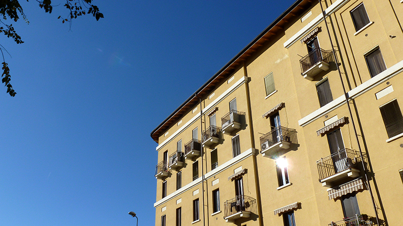 Il fabbricato di via Primaticcio 196, scorcio di facciata da via Tonezza - 2013