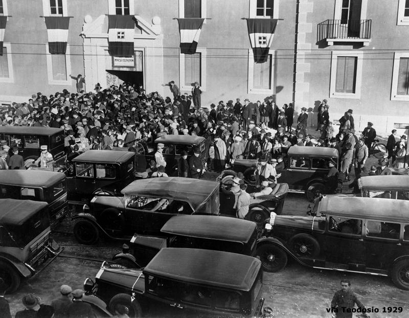 Il fabbricato di via Teodosio 104 - parata davanti all'ingresso - 1929